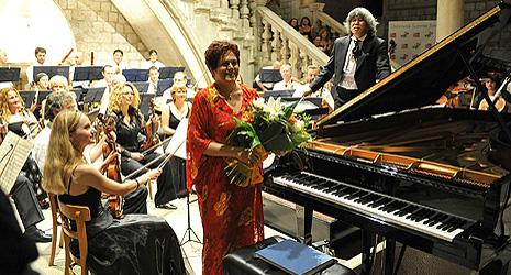 pianistica Dubravka Tomšić i Dubrovački simfonijski orkestar, dirigent Noorman Widjaja, foto: Damil Kalogjera, www.dubrovnik-festival.hr