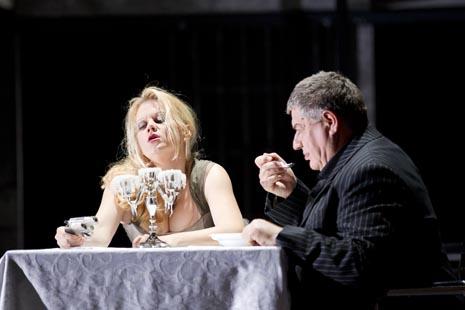 Margareta Klobucar (Donna Elvira), Konstantin Sfiris (Komtur); Opera u Grazu, Wolfgang Amadeus Mozart, Don Giovanni, red. Johannes Erath, dir. Hendrik Vestmann, foto: Werner Kmetitsch, www.buehnen-graz.com/oper