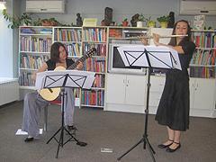 Ema Stein (itara) i Lidija Ljubičić (flauta), arhivska fotografija, koncert u Vrbovcu 9. lipnja 2009, foto: www.vrbovec.hr