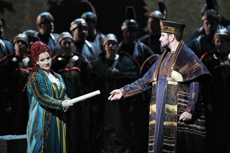 Csilla Boross (Abigaille) i Goran Jurić (Veliki Balov svećenik); Teatro dell Opera, Rim, Giuseppe Verdi, Nabucodonosor, dir. Riccardo Muti, red. Jean-Paul Scarpitta, 2011.