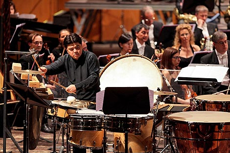 Li Bao, udaraljke, i Orkestar Zaklade eronske arene (L'Orchestra dell'Arena di Verona)