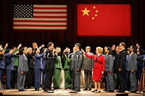 The Metropolitan Opera, New York: John Coolidge Adams, Nixon u Kini, dir. John Coolidge Adams, red. Peter Sellars