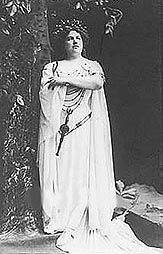 Ester Mazzoleni kao Norma