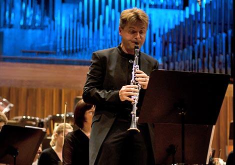 Radovan Cavallin na koncertu sa Zagrebačkom filharmonijom, 1. travnja 2011.