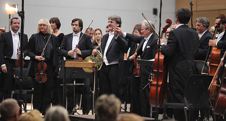 Crvena oktava Zagrebačke filharmonije, dirigent Sir Neville Marriner, solist Radovan Vlatković, rog, Dvorana Kornati, Hypo centar, 16. listopada 2009.; foto: www.zgf.hr