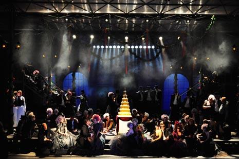 scena iz drugog čina; Hrvatsko narodno kazalište u Zagrebu: Johann Strauss ml., Šišmiš, red. Krešimir Dolenčić, dir. Michael Helmrath, foto: © Novković