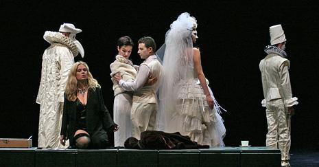 Margareta Klobučar (Violetta Valery), članovi zbora; HNK Ivana pl. Zajca u Rijeci, Giuseppe Verdi, Traviata, dir. Nikša Bareza, red Janusz Kica