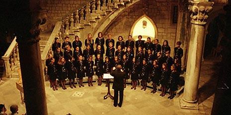 Djevojački zbor Zvjezdice na koncertu na 51. Dubrovačkim ljetnim igrama 2000. godine, foto: www.dubrovnik-festival.hr